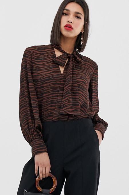 Blusa con estampado de tigre y detalle de lazo de Warehouse