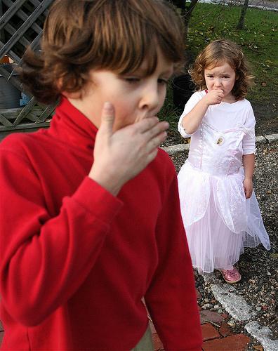 ¿Cuáles son las causas del mal aliento en los niños?