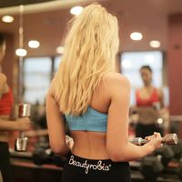 Estas son las ventajas que las mujeres tienen sobre los hombres a la hora de entrenar en el gimnasio (da gracias a tus hormonas)