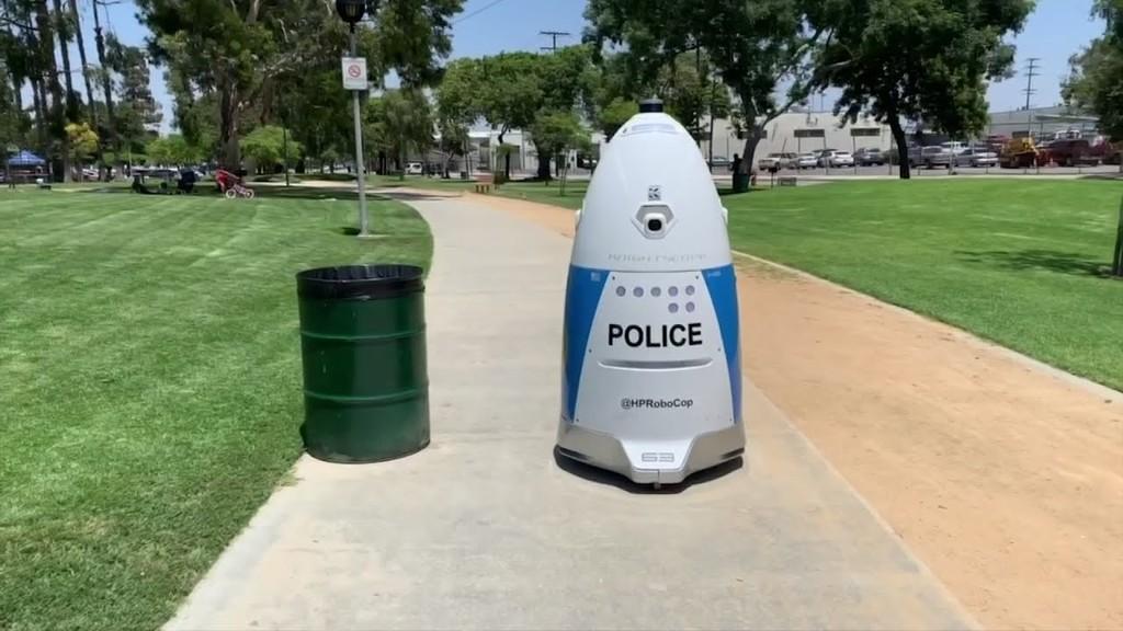 Este robot policía cobra lo mismo que un robot humano, sin embargo no fue capaz de brindar ayuda cuando se le solicitó