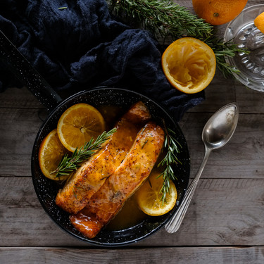 Salmón glaseado con naranja y romero: receta de pescado agridulce