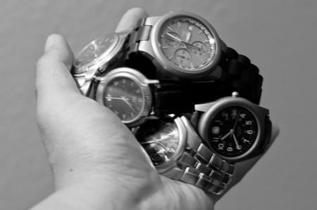 Cinco relojes en blanco y negro para ellos