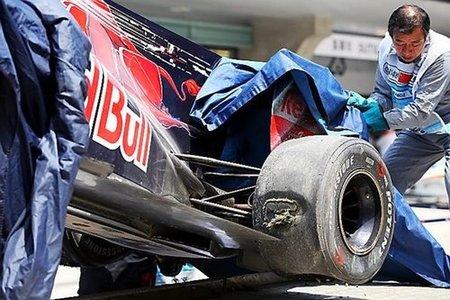 Retirada del Toro Rosso de Buemi tras el accidente en Shanghái