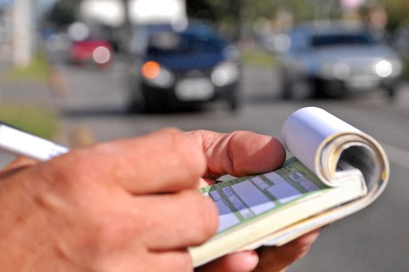 En una semana, seis conductores han sido multados por fumar, 78 por buscar objetos y 128 por leer al volante