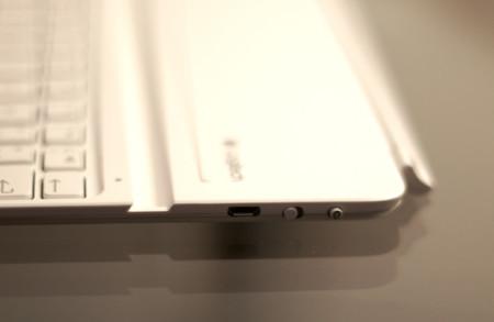 Conector micro USB de carga, conmutador de encendido y botón de sincronización Bluetooth