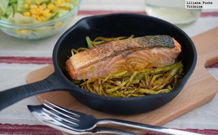 Filete de salmón a la plancha con juliana de puerro al curry. Receta saludable