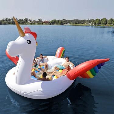El flotador de unicornio definitivo tiene capacidad para seis personas y será el lugar en el que querrás pasar el próximo verano