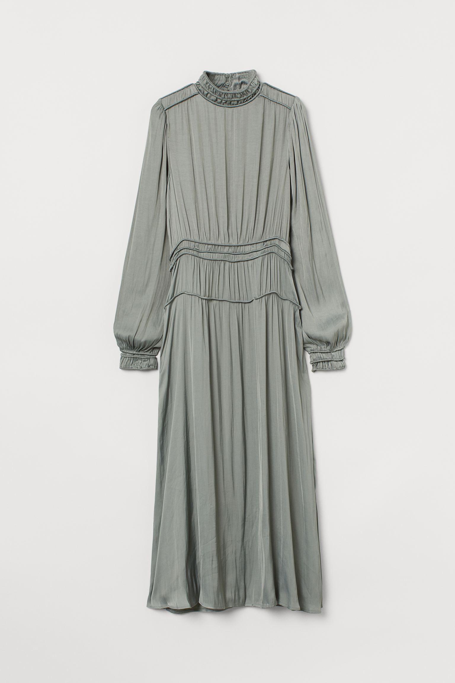 Vestido de satén con puños y cuello fruncidos