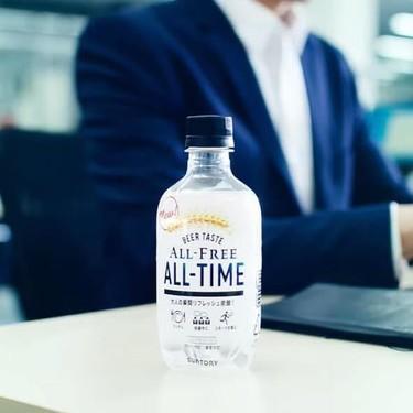 Muy pronto puede que bebas refrescos y cerveza transparente (como hacen ya en Japón)