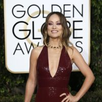 Olivia Wilde súper sexy y en color burdeos en los Globos de Oro 2016