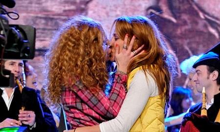 Beso Sofía Cristo y Nagore Robles en 'Acorralados'