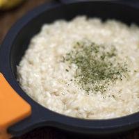 Risotto al limón, una refrescante receta para disfrutar de un plato de arroz sin complicarse demasiado