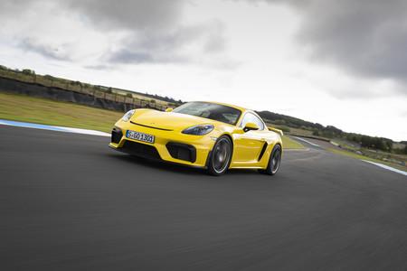 Porsche 718 Cayman GT4 frontal en circuito