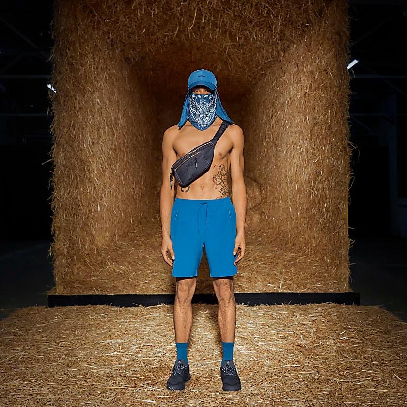 Este pantalón corto adidas x IVY PARK te acompaña en cada momento del viaje con un diseño versátil que encaja dentro y fuera del gimnasio.