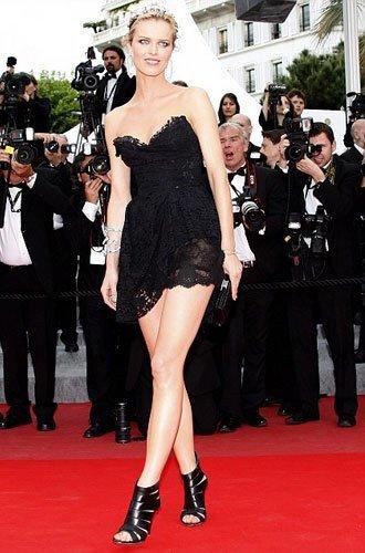 El atrevido vestido de Eva Herzigova en el Festival de Cannes
