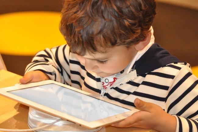 Menor Con La Tablet