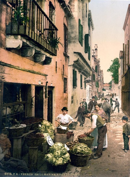 Un Pequeno Comercio De Verduras En Las Calles Interiores De Venecia