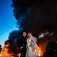 Otra vuelta de tuerca a la fotografía de bodas: Retratando a unos novios posando con un incendio al fondo