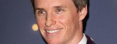 Previo a los BAFTA, Eddie Redmayne rescata el tuxedo de terciopelo para la alfombra roja de la gala