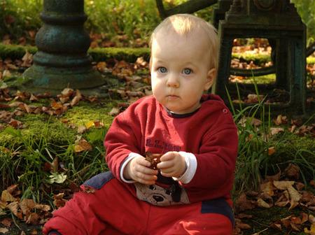 La foto de tu bebé: entre las hojas secas de otoño