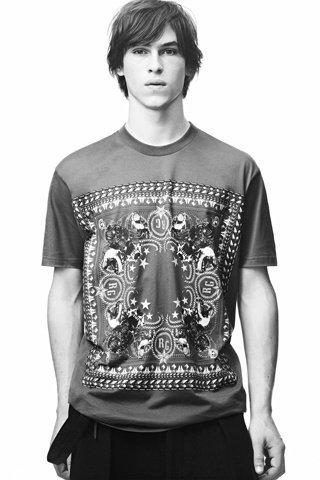 Date un pequeño gran capricho antes de Navidad: camiseta de Givenchy