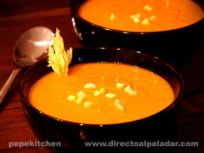 Sopa fría de apio y tomate. Receta con Thermomix