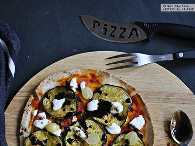 Falsa pizza de berenjena, queso de cabra, uvas y miel de ajo negro. Receta vegetariana sin complicaciones