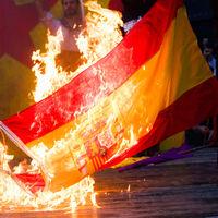 Quemar la bandera de España es inconstitucional. Pero aún puedes prender fuego a la de Madrid o Cádiz