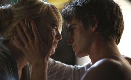 Emma Stone y Andrew Garfield en una escena romántica