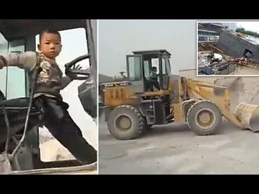 Niño chino de cinco años maneja una pala excavadora como un profesional