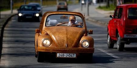 Volkswagen Beetle de roble, obra de un jubilado