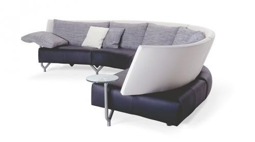 Un sof con mesa auxiliar incorporada - Mesa auxiliar sofa ...