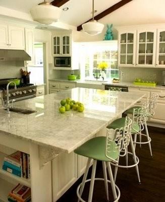 Ampliar la isla central para aprovechar el espacio en la cocina