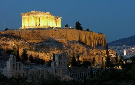 Sitios arqueológicos griegos bajo la luz de la luna llena