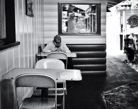 Soledad y drama: las personas que se sienten solas reaccionan más intensamente a los conflictos humanos