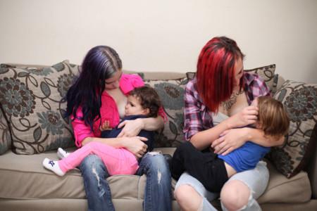 Dos amigas amamantan cada una a sus propios bebés, y al bebé de la otra, ¿tú lo harías?