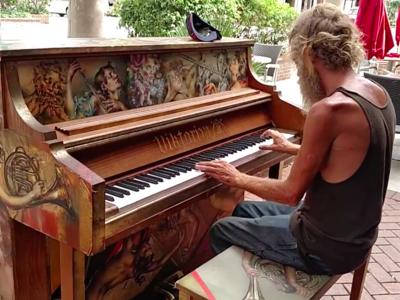 Fue Marine de los EE.UU. y ahora es un vagabundo que toca el piano de una forma asombrosa