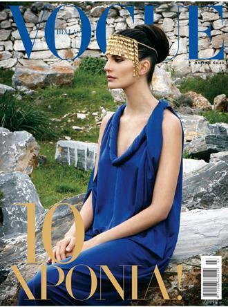 Arantxa Santamaría a lo diosa griega en la portada de Vogue Grecia 10 aniversario