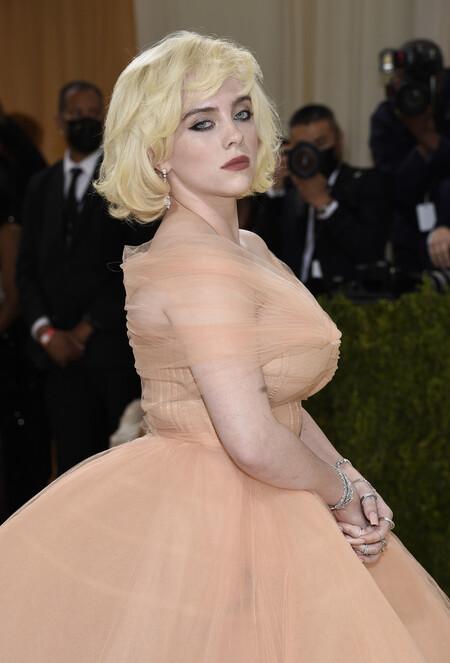Billie Eilish se inspira en Marilyn y no puede estar más maravillosa con su melena sofisticada en la Gala MET 2021