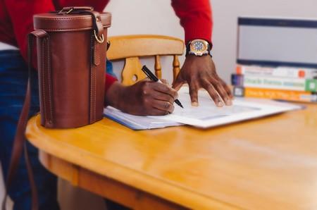 Empleado Firmando