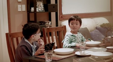Esos niños que están tan enganchados a la tablet que no se dan cuenta de que su familia ha sido sustituida