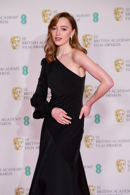Phoebe Dynevor (Los Bridgerton) nos recuerda la belleza del vestido negro a la alfombra roja de los BAFTA 2021