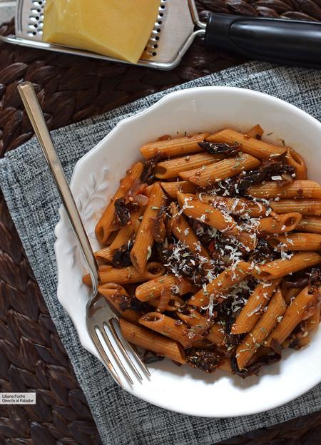 Macarrones integrales con salsa picante de tomates secos y chía