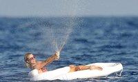 Paris Hilton sigue gozándola como una enana en sus vacaciones