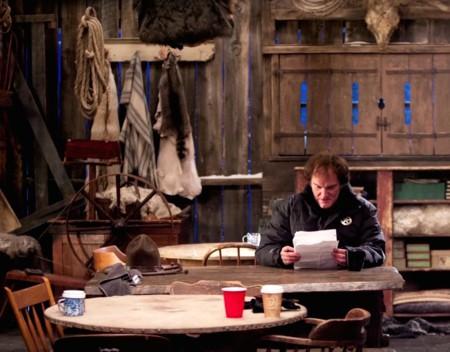 Tarantino revisando su guion en el set