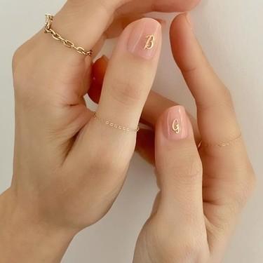 Esta es la manicura de iniciales que invade Instagram: nuestras uñas más personalizadas que nunca
