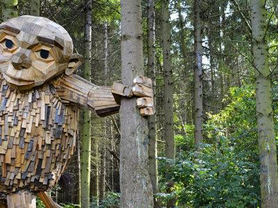 Un bosque danés se ha llenado de gigantes hechos con madera reciclada y es el paraíso del niño que llevamos dentro