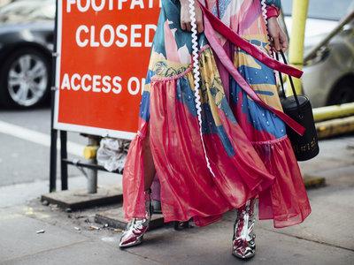 Los 13 looks de London Fashion Week que demuestran que el street style británico sabe poner color a su vida