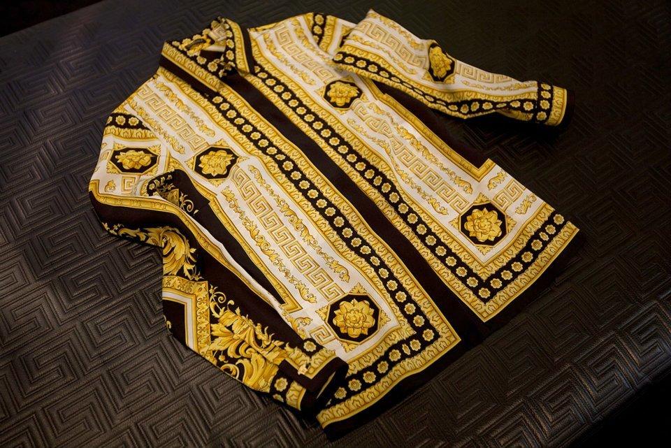 Foto de Versace se pone las pilas y re-edita sus clásicas camisas de seda estampadas  (3/8)