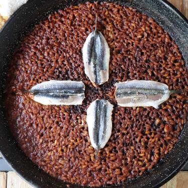 Receta de arroz con boquerones hecho en paella del restaurante Beluga Kraken de Málaga